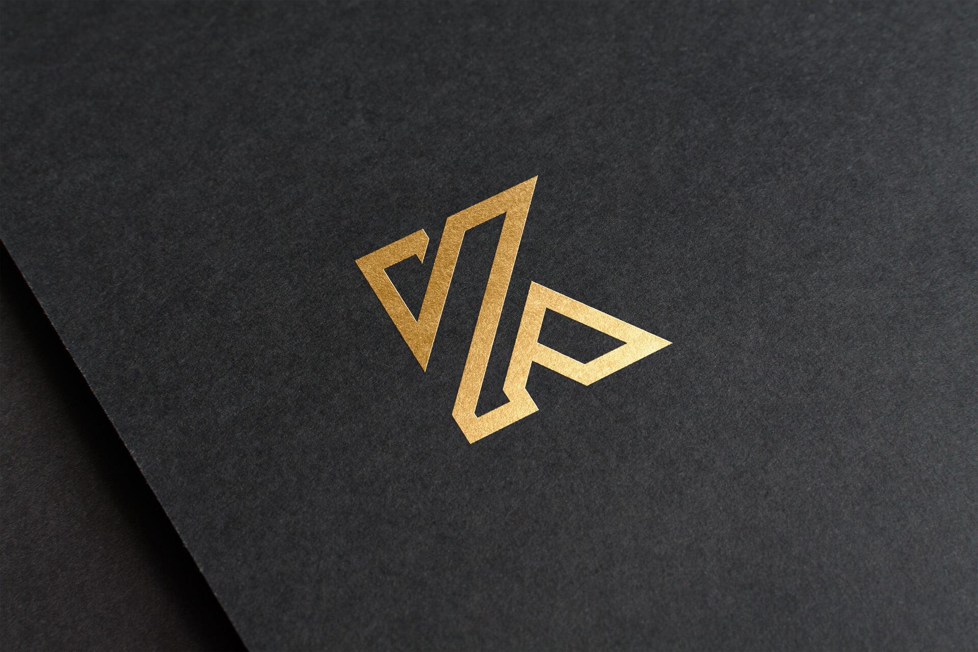 Złote logo na ciemnym papierze